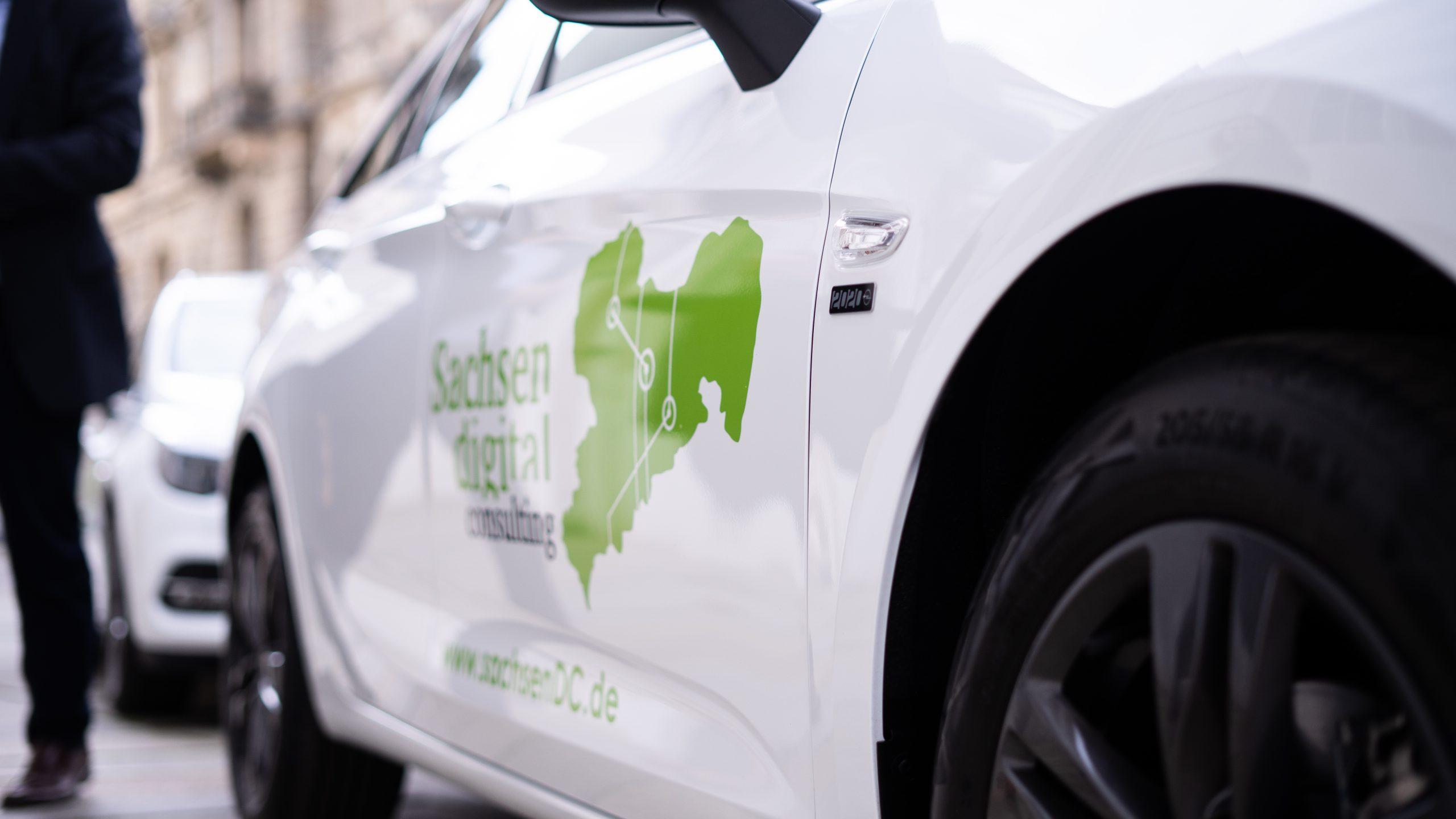 Read more about the article Wir machen Sachsen digital. – 06.05.2020 Anlieferung der ersten neugestalteten Funktionsfahrzeuge der SDC.
